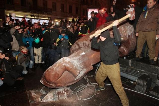 повалення пам'ятника Лєніну