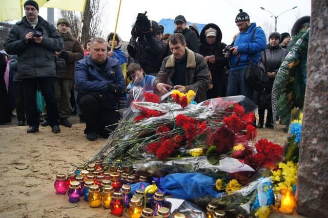 Олег Дебелий біля пам'ятного знаку