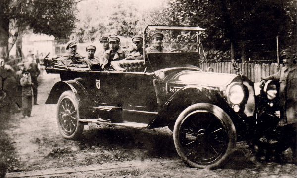 Командант Січових Стрільців Коновалець на фронті (перший ліворуч)
